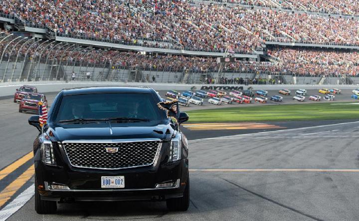 Corona : Massive Graduation in America Held Drive-through at the Circuit