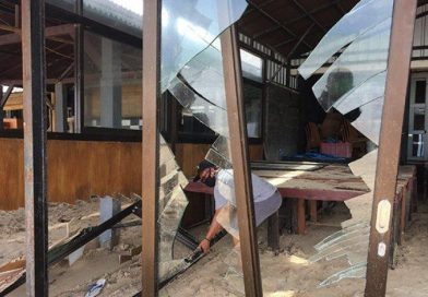 A Number of Cafes on Jimbaran Beach Damaged by High Waves Yesterday, Losses of Tens of Jut